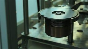 Automatisk svetsninginstallationsutsida fogar ihop bröl lager videofilmer