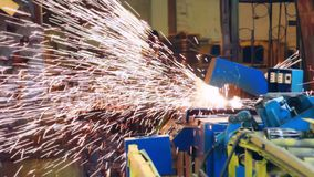 Automatisk svetsningsmaskin som arbetar på fabriken Ljus metall gristrar att kasta lager videofilmer