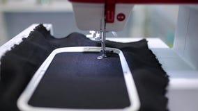 Automatisk symaskin i arbete stock video