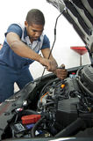 Automatisk teknikerWorks On Car motor Arkivbilder