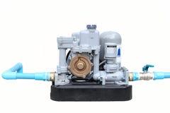 Automatisk vattenpump med den isolerade blåa rörledningen Royaltyfri Foto