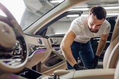 automatisk wash för service för bilcleaningmaskin Affär rengöra och polering av bilen arkivbilder