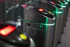 Automatiska barriärer för kontrollfolk skrev in i järnvägsstation royaltyfri foto