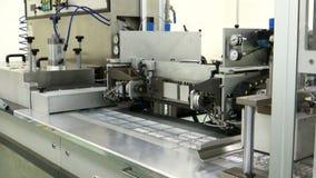 Automatiska förpackande maskiner för medicinsk ampule stock video