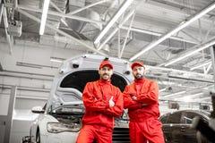 Automatiska mekaniker på bilservicen royaltyfria bilder