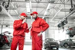 Automatiska mekaniker på bilservicen arkivfoto