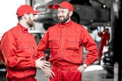 Automatiska mekaniker på bilservicen royaltyfria foton