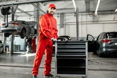 Automatiska mekaniker på bilservicen arkivfoton