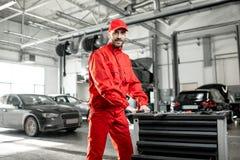Automatiska mekaniker på bilservicen arkivbilder