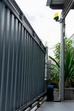 Automatiska portar för glidbanahusmetall Arkivbild