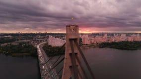 Automatiskbro med triangulära rep över den Dnipro floden i sommar på solnedgången lager videofilmer