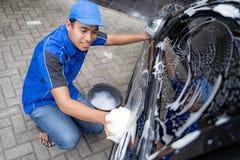 Automatiskservicepersonal i blå enhetlig lokalvårdbil arkivfoton