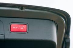 Automatiskt öppna och stänga bakluckan av en bil som lyxig extra utrustning fotografering för bildbyråer