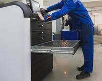 Automatiskt arbete - industriarbetare som fungerar nära metall som bearbetar med maskin bransch Arkivfoto