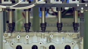 Automatiskt dra åt kasta i sig i bilmotorn som gör motorn på en bilfabrik lager videofilmer