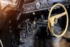 Automatiskt ledningsn?t under hjulet av en retro bil f?r gammal ryss, en demontera instrumentbr?da och platser f?r att reparera o royaltyfria foton