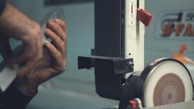 Automatiskt stål för bandsågklipphjälpmedel stock video