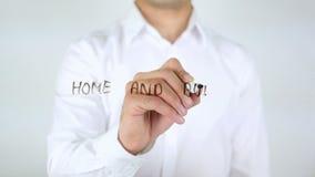 Automatización del hogar y del edificio, hombre de negocios Writing sobre el vidrio almacen de video