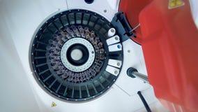 Automatizado controla por ordenador los tubos con las muestras de sangre en un laboratorio almacen de metraje de vídeo