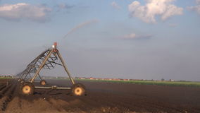 Automatizado cultivando o sistema de sistemas de extinção de incêndios da irrigação na operação no campo agrícola cultivado filme