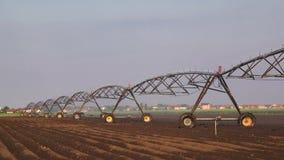 Automatizado cultivando o sistema de sistemas de extinção de incêndios da irrigação na operação no campo agrícola cultivado video estoque