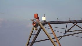 Automatizado cultivando o sistema de sistemas de extinção de incêndios da irrigação na operação no campo agrícola cultivado vídeos de arquivo
