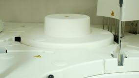 Automatize teste running da química no laboratório vídeos de arquivo