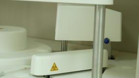 Automatizzi la prova corrente di chimica in laboratorio video d archivio