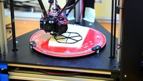 Automatyczna 3D drukarka wykonuje plastikowego wzorowanie w laboratorium zbiory