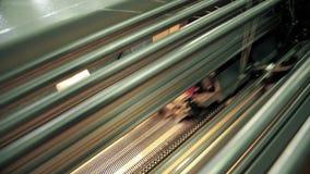 Automatyczna dziewiarska maszyna przy praca widokiem zdjęcie wideo
