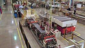 Automatyczna linia produkcyjna w wielkim warsztatowym górnym widoku zdjęcie wideo