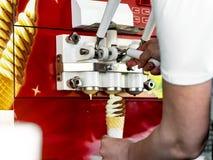 Automatyczna maszyna dla produkcji lody w gofr fili?ance obrazy royalty free