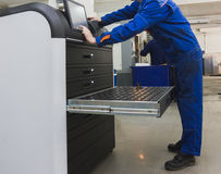 Automatyczna praca - Przemysłowy pracownik działa blisko metalu machining przemysłu zdjęcie stock