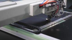 Automatyczna szwalna maszyna Robot szwalna maszyna Automatyzuj?ca maszyna haftuje wz?r na sztucznej sk?rze robotyka zbiory