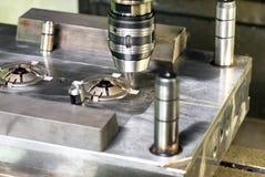Automatyczna wiertnicza maszyna nad foremką Obraz Stock