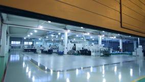 Automatyczne bramy otwierają w produkcja warsztacie Nowożytny warsztat z maszynowymi narzędziami zbiory wideo