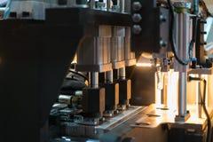 Automatycznego PET/butelki ciosu Plastikowa pleśniejąca maszyna pracuje w f obraz stock