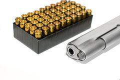 Automatycznego pistoletu krócica z pociska pudełkiem w białym tle Obrazy Royalty Free