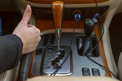 Automatycznego przekazu kontrolnej konsoli i samochodu wnętrze fotografia royalty free