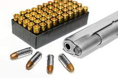 Automatycznej krócicy pistolet z pociska pudełkiem na białym tle Zdjęcie Royalty Free