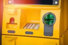 automatyczny atm wycinek zawiera odizolowane maszynowego ?cie?ka narratora white zdjęcia royalty free