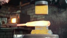 Automatyczny młotkować - blacksmith skucia gorący żelazo na kowadle, krańcowy zakończenie zbiory