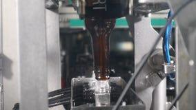 Automatyczny stosować butelki nakrętkę przy Piwną Rozlewniczą linią Piwna produkcja Browaru pojęcie Technologiczna linia wewnątrz zbiory
