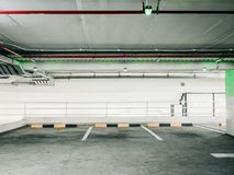 Automatyczny technologia czek dla pustego terenu samochodowy parking pas ruchu wewnątrz obraz royalty free