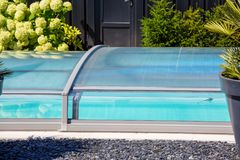 automatyczny wciągany basen klauzury system ochraniać basenu zdjęcie royalty free