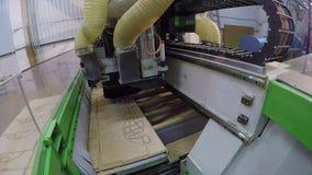 Automatyczny woodworking maszynowy ciie out szczegóły na drewnianym panelu, Wysyła Edgebanding Gniazduje Woodworking maszynę zdjęcie wideo