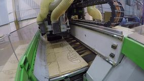 Automatyczny woodworking maszynowy ciie out szczegóły na drewnianym panelu, Wysyła Edgebanding Gniazduje Woodworking maszynę zbiory wideo