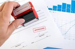 Automatyczny znaczek na kontraktacyjnym dokumencie Zdjęcie Royalty Free