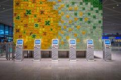 Automatyzująca jaźń - odpraw maszyny przy lotniskiem Zdjęcie Stock