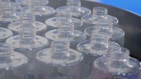Automatyzujący pharma technologii pojęcie - płodozmienna platforma z pustymi szklanymi butelkami zdjęcie wideo
